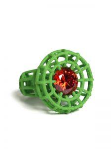 Grüner großer Ring mit orangenem Stein